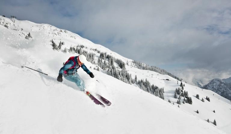 Skifahren auf weißer Piste