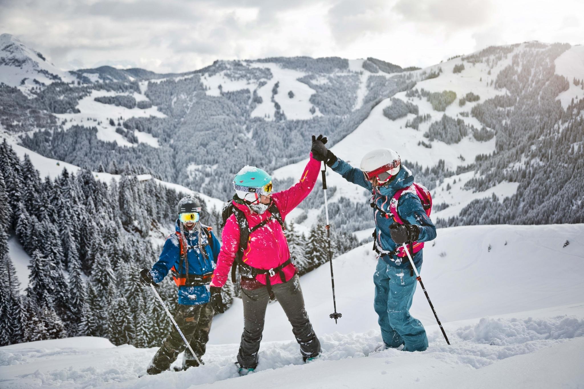 Skitourengeher geben sich High-Five