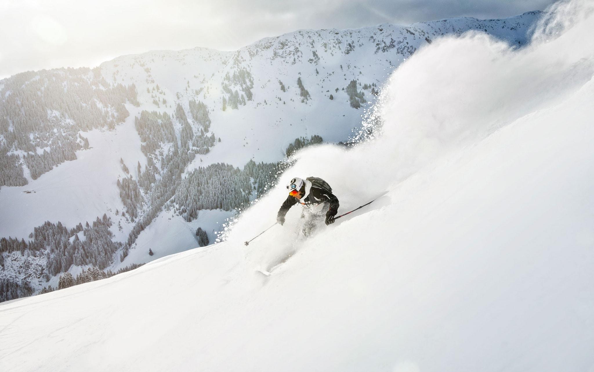 Skifahrer auf steilem Hang