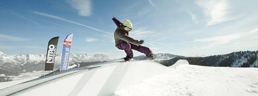 Snowboarder auf Piste