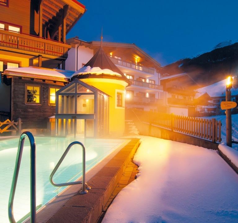 Pool in Winternacht