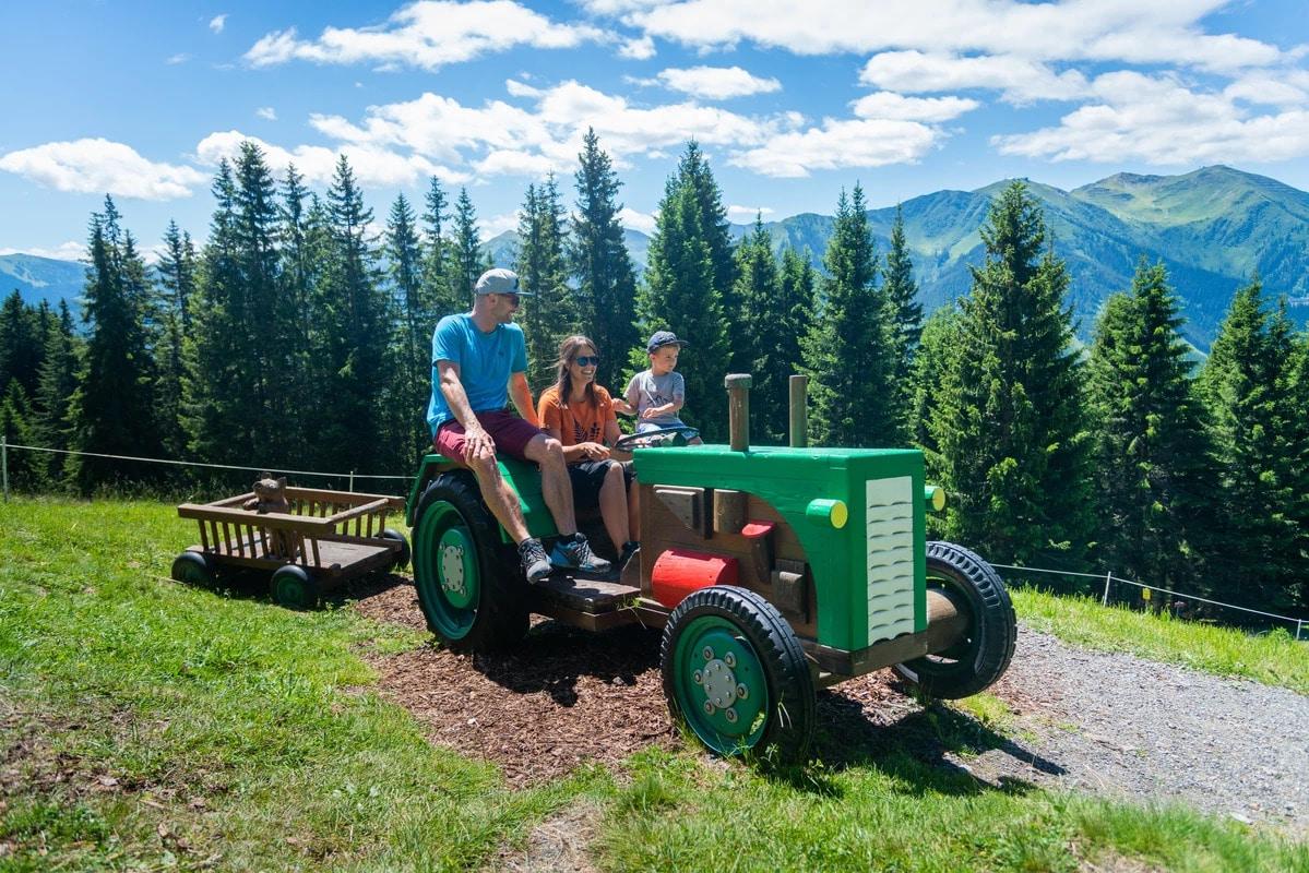 Familie bei Traktorfahrt
