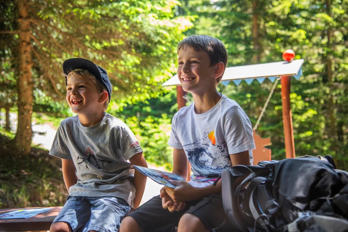 Lachende Kinder im Sommer