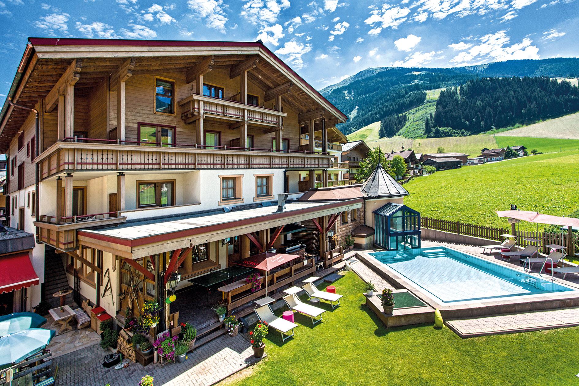 Hotel Hasenauer Außenansicht mit Sommer mit Pool