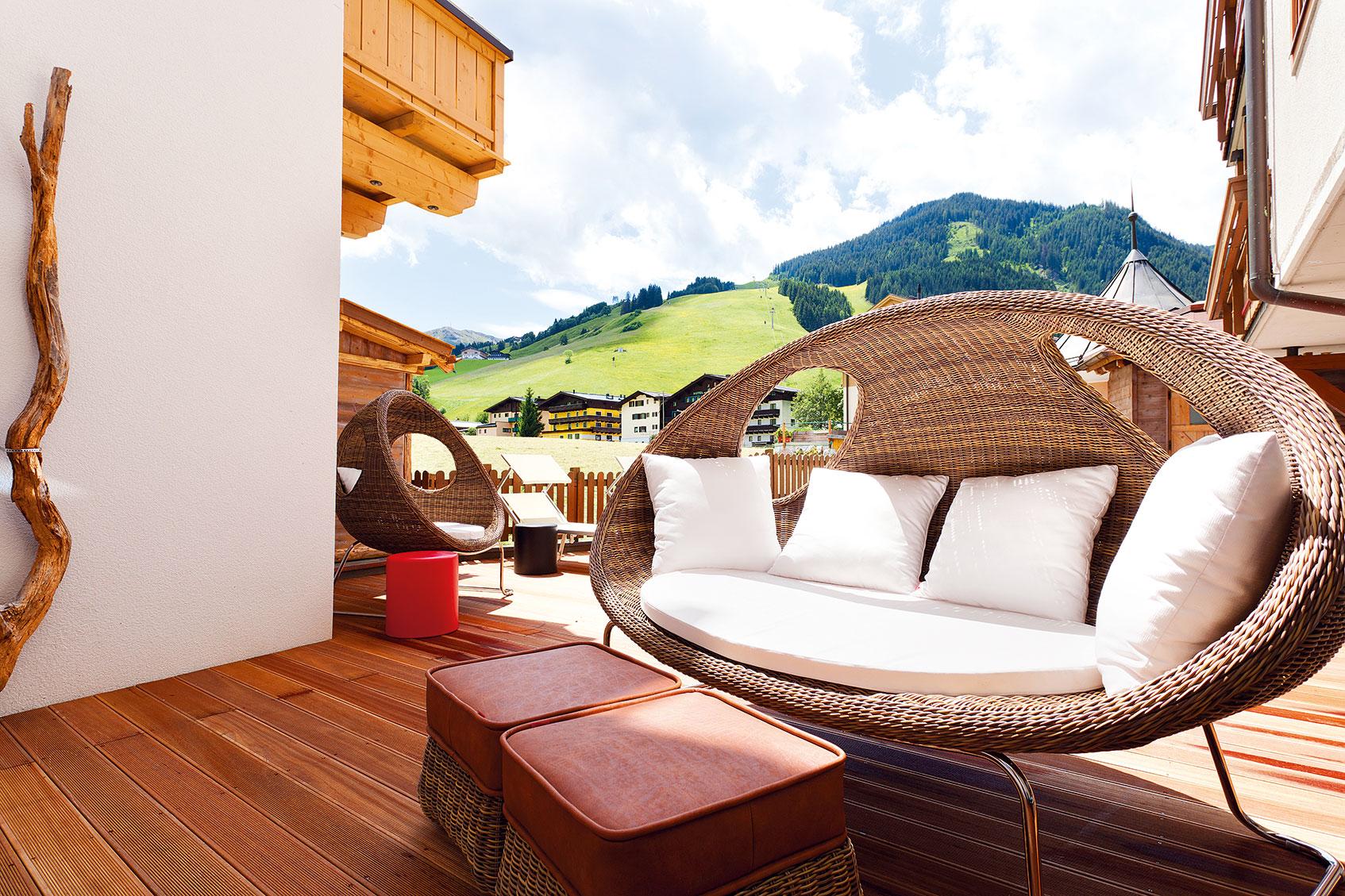 Terrasse mit Sofakorb
