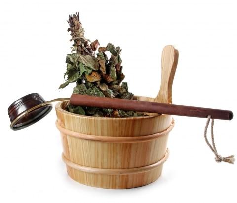 Saunakübel mit einem Schöpfer und Kräutern