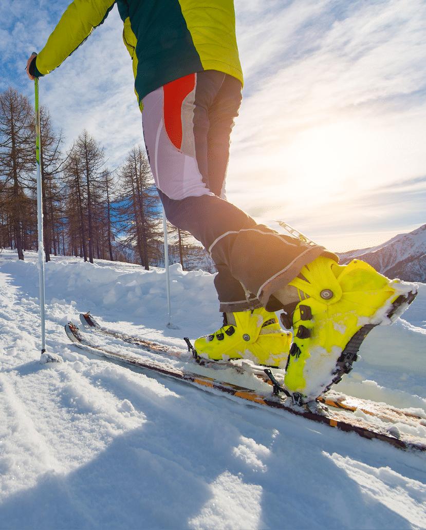 Detailaufnahme Skischuhe von Schneeschuhwanderer