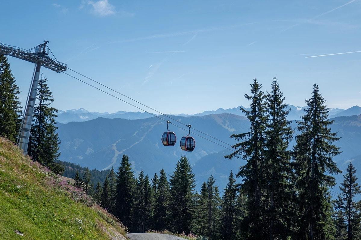 Seilbahn vor Bergpanorama Sommer