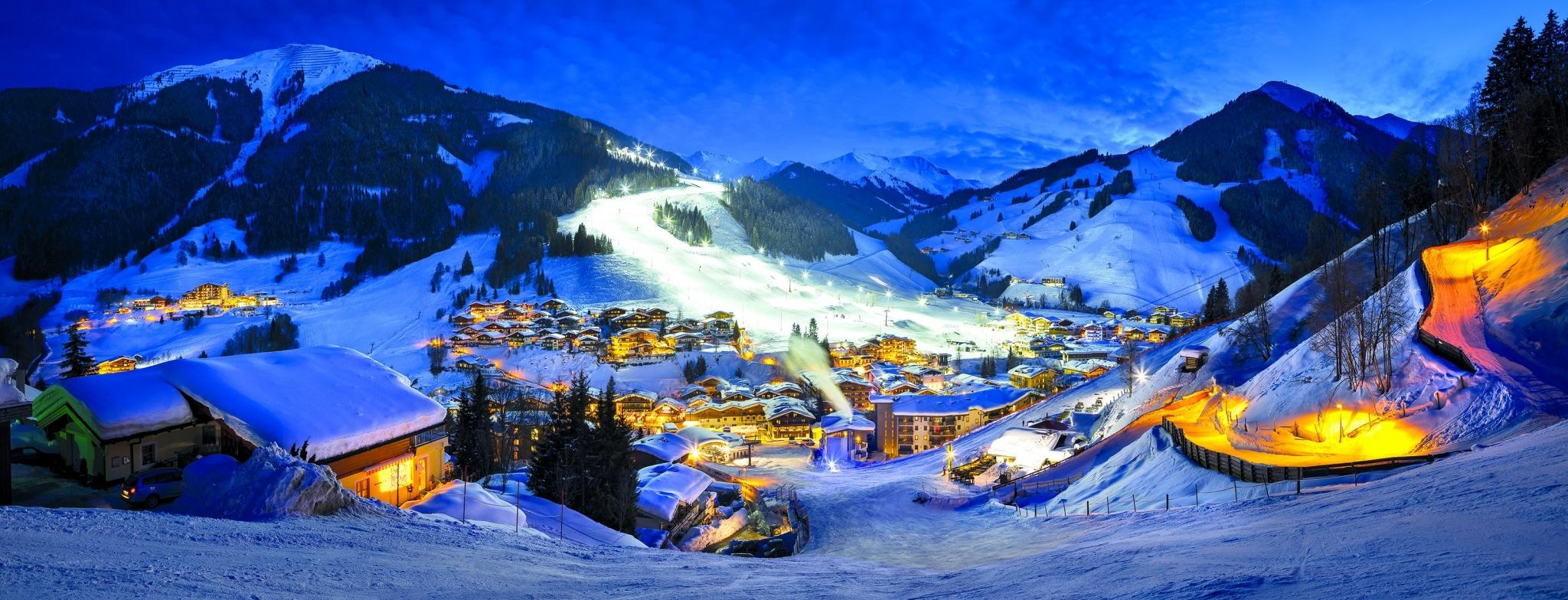 Winter beschneites Dorf