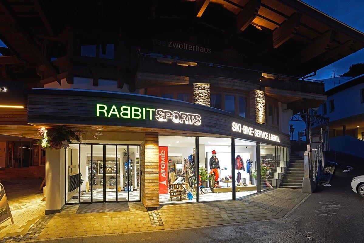 Rabbit Sports Shop beleuchtet bei Nacht