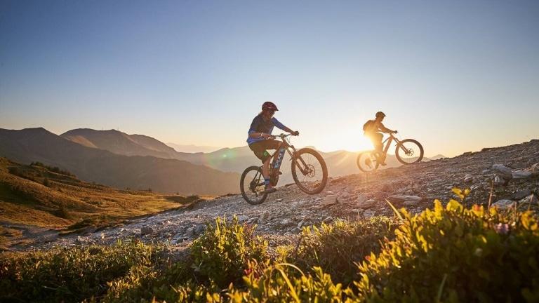 2 E-Biker auf Bergweg