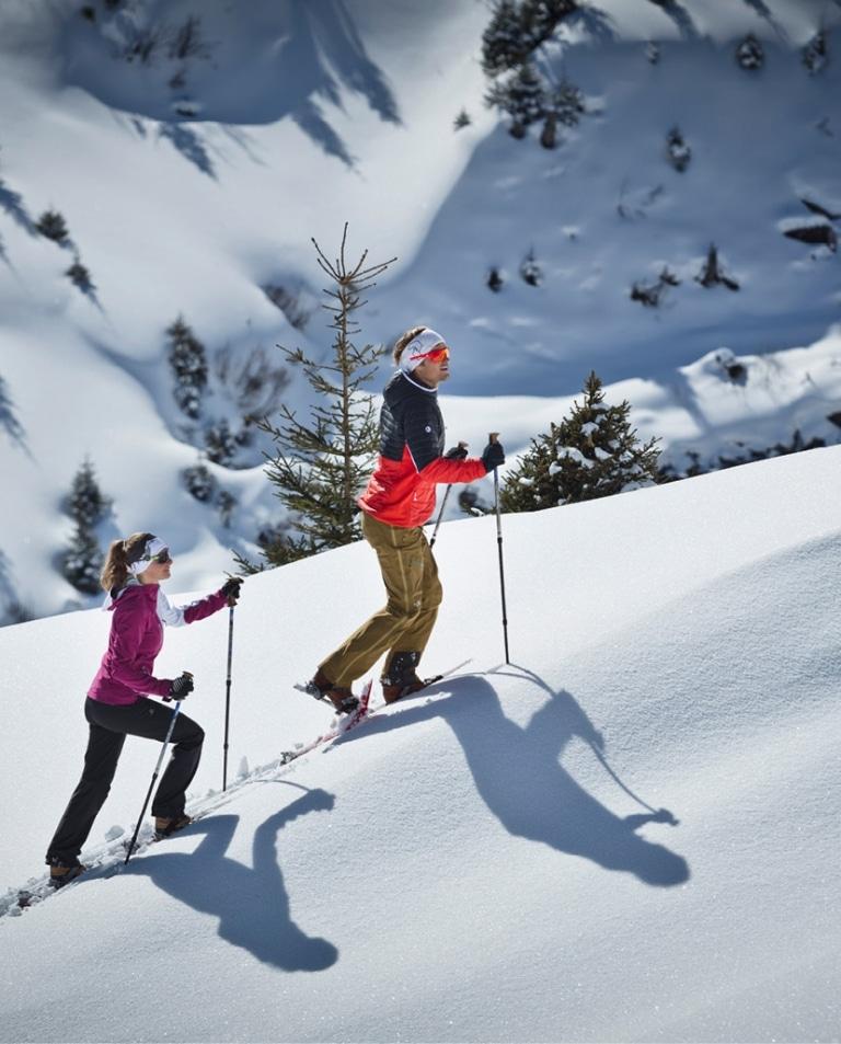 Paar macht Schneeschuhwanderung