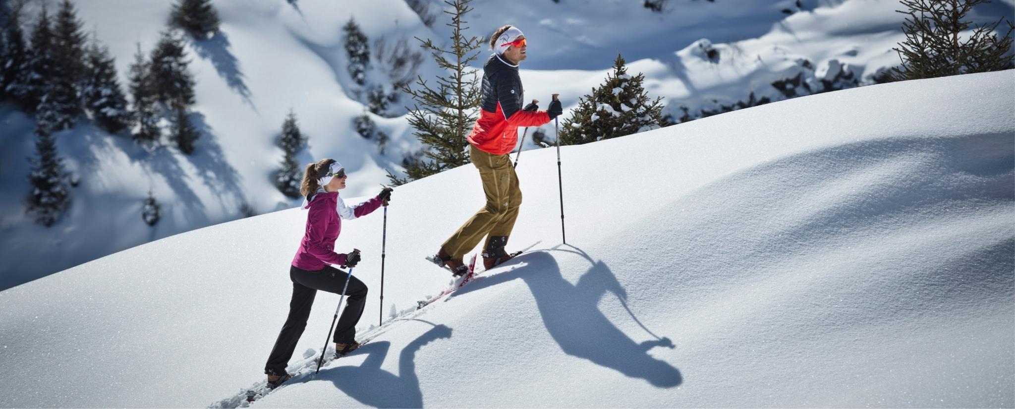 Paar tut Schneeschuh-Wandern