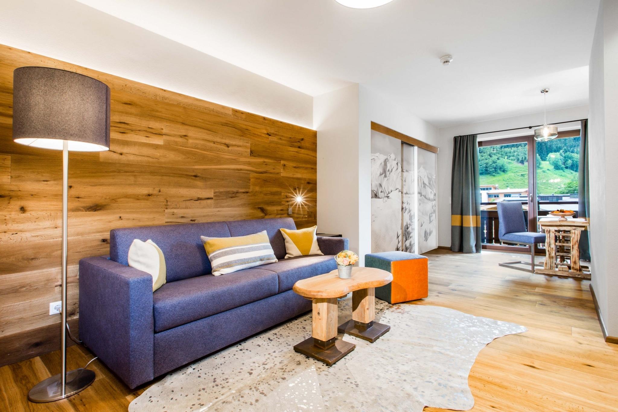 Tristkogel Wohnraum mit blauem Sofa und Schreibtisch