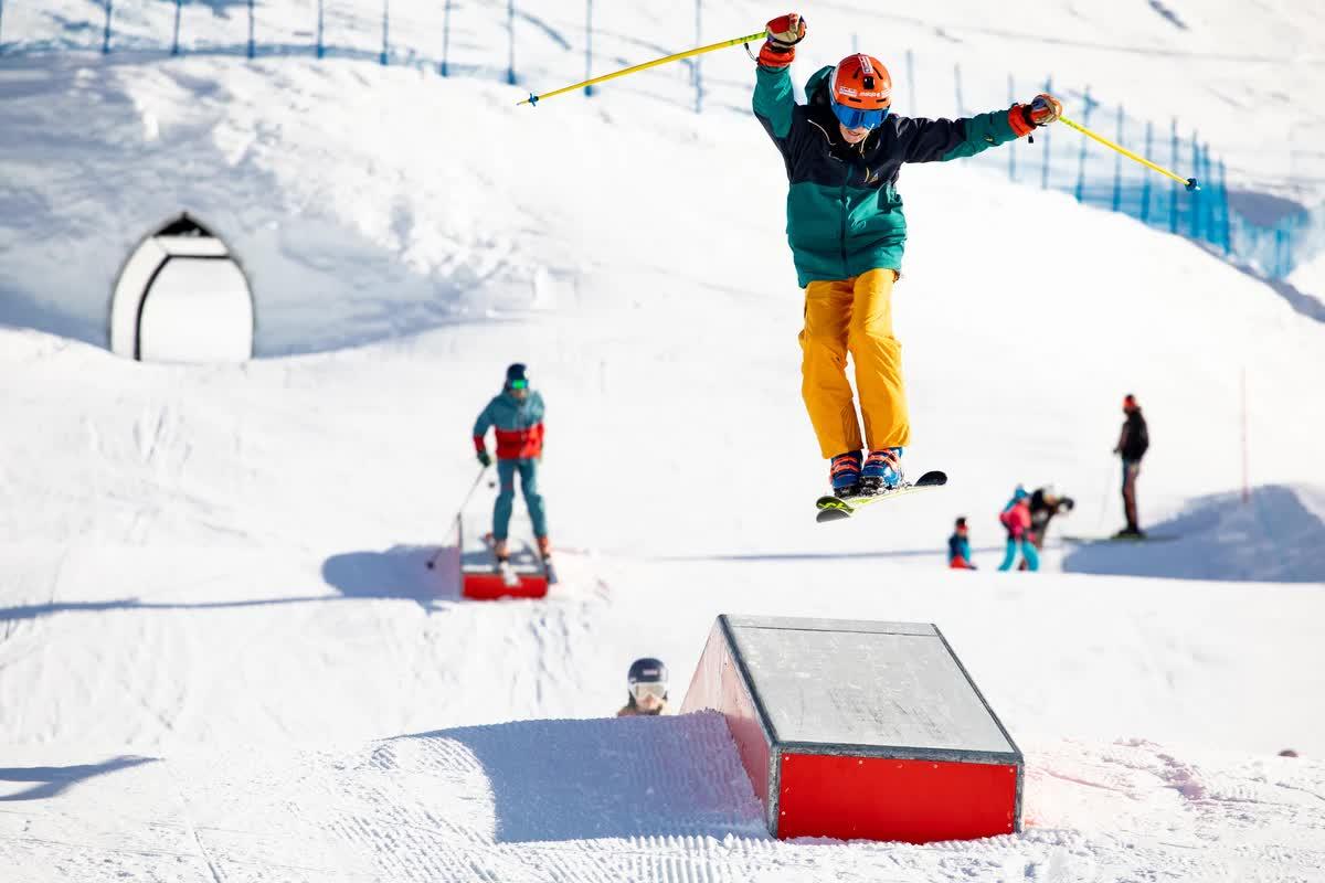 Junger Skifahrer spring über Rampe