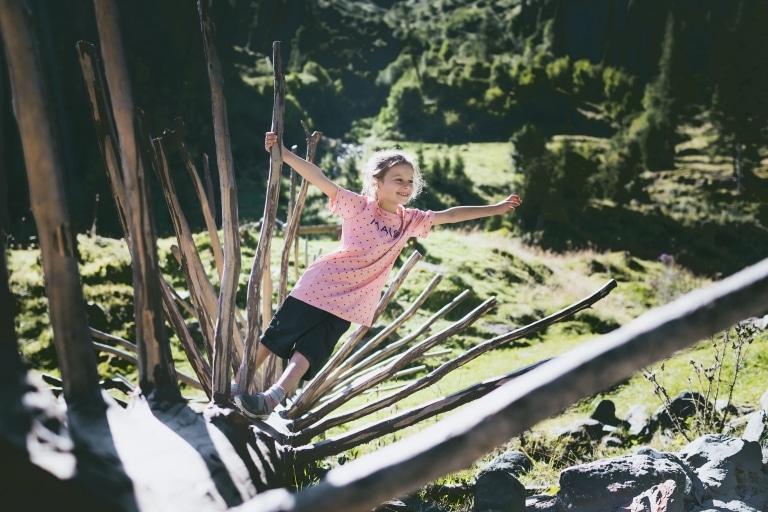 Mädchen spielt beim Teufelswasser im Talschluss
