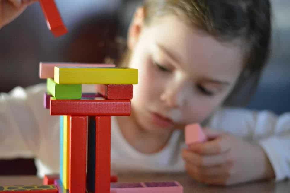 Mädchen spielt mit Holzklötzen