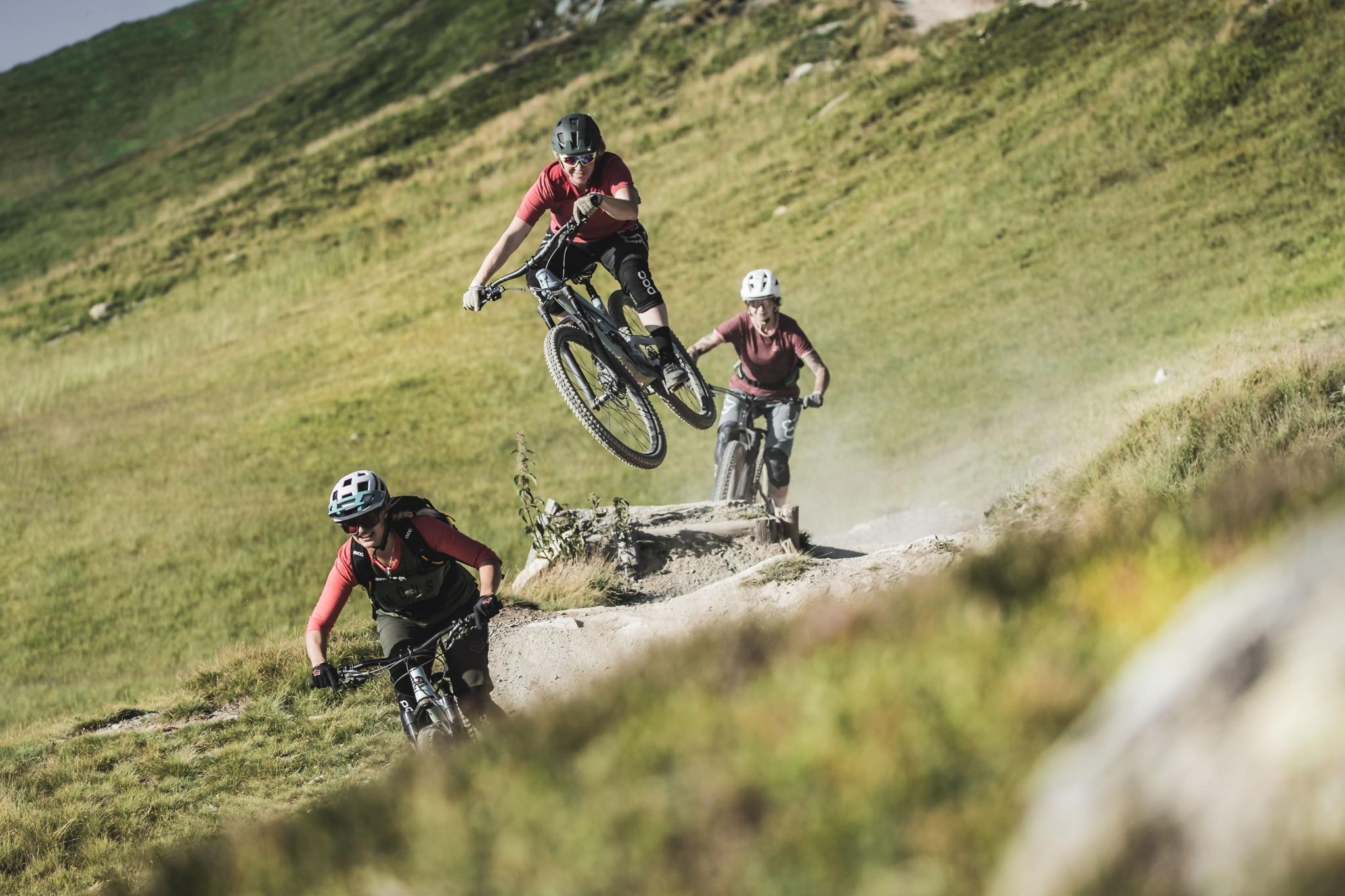 3 Frauen beim Downhillen