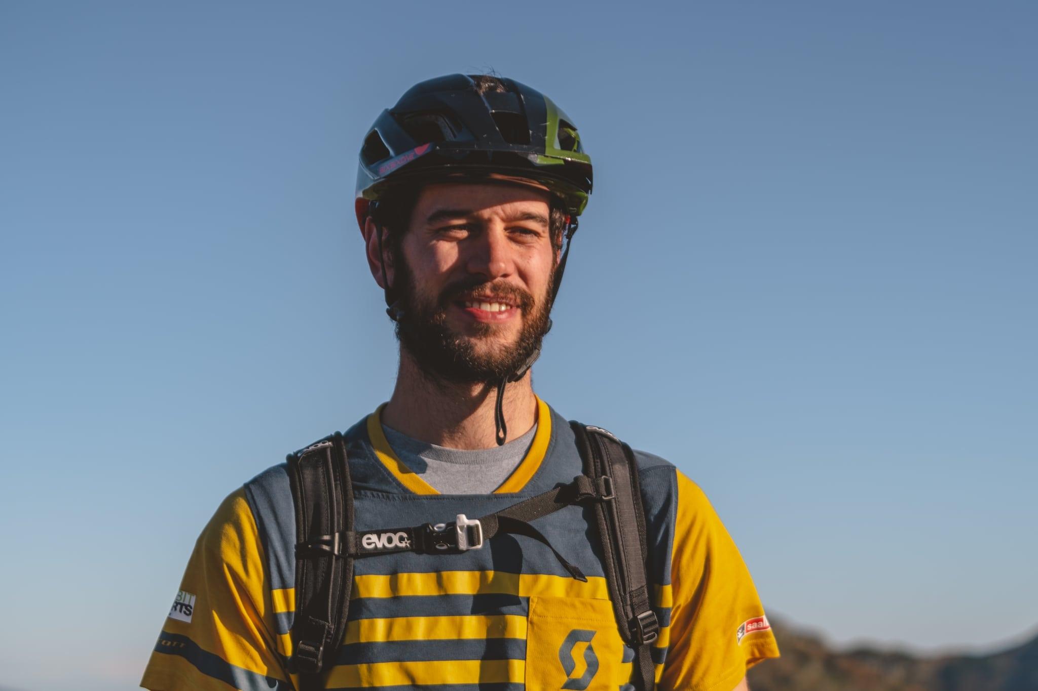 Mann mit Fahrradhelm und Bart