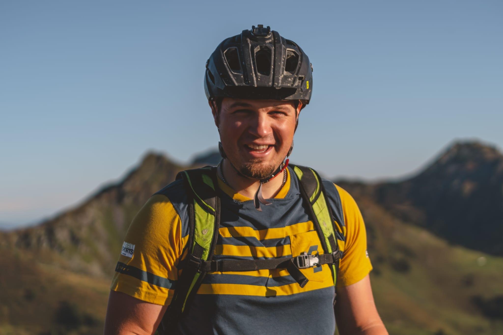 Mann mit Fahrradhelm lächelt in die Kamera