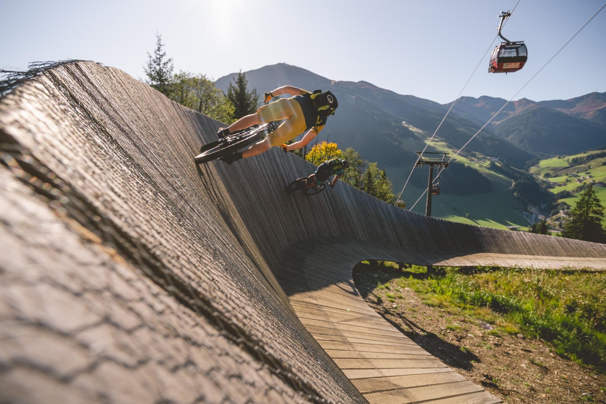 2 Downhiller fahren auf Rampe