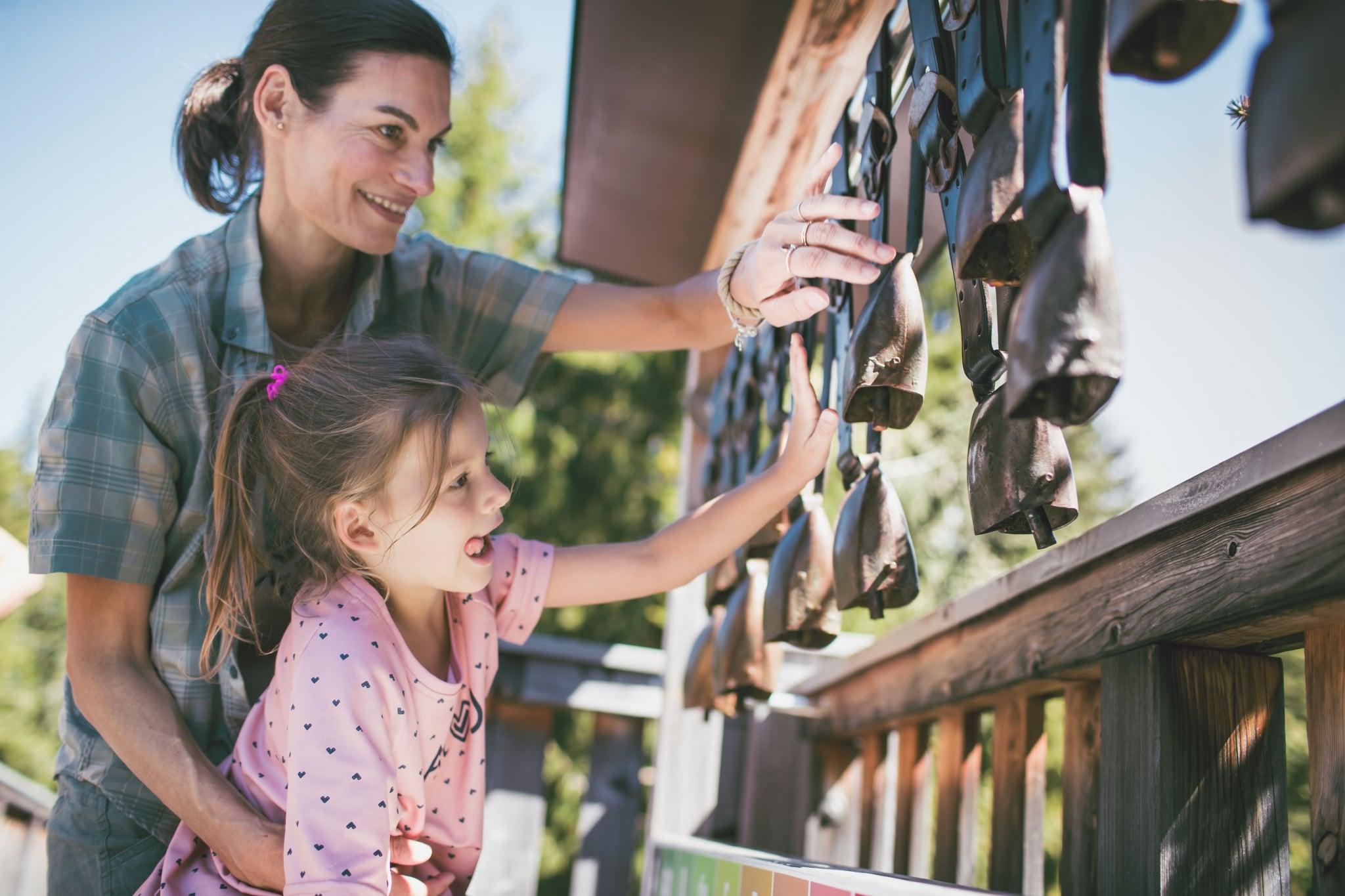 Mutter und Tochter spielen mit Glockenspiel