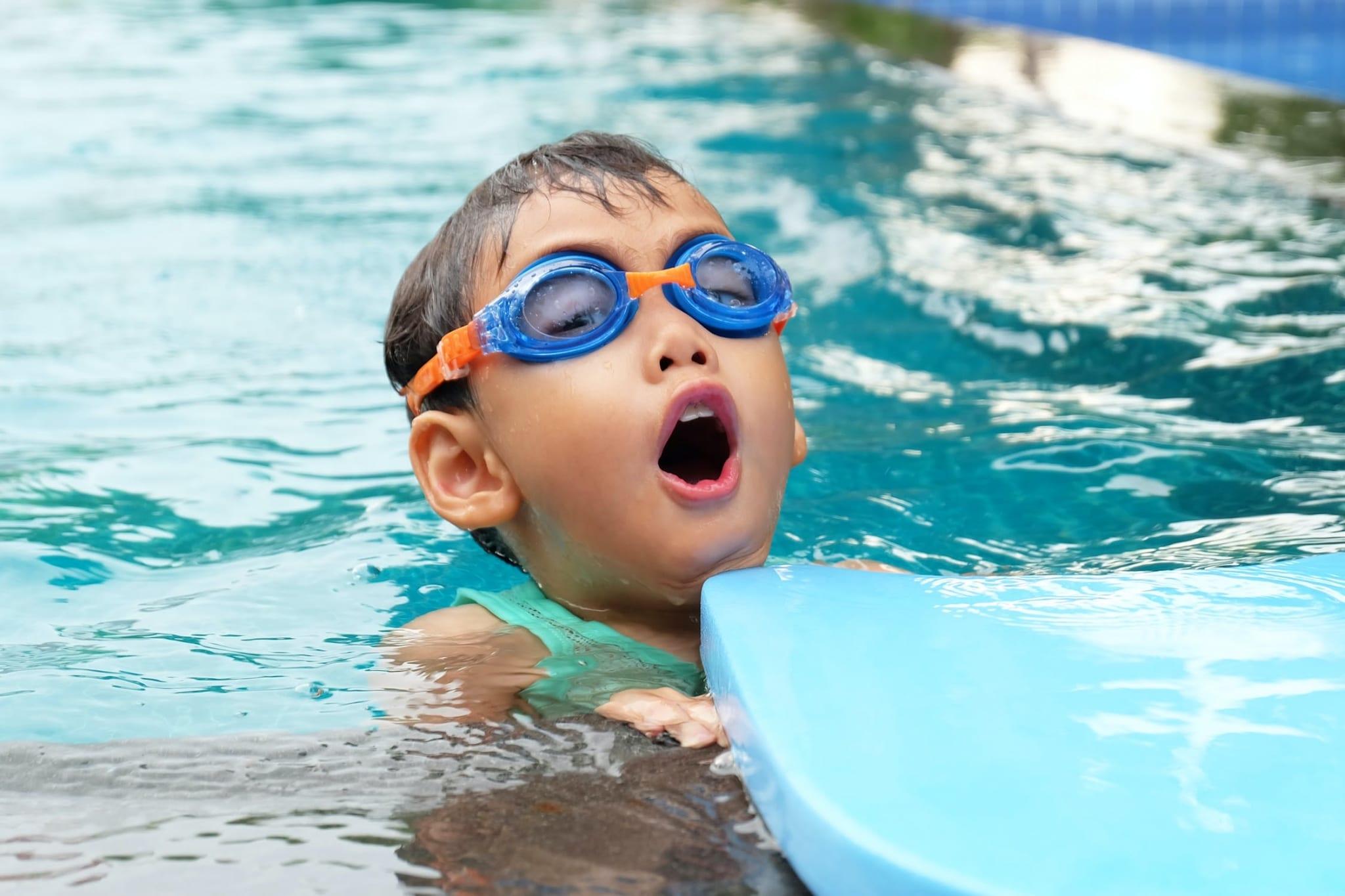 Kind mit Taucherbrille im Wasser