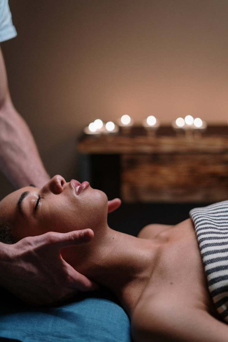 Frau bekommt Nackenmassage