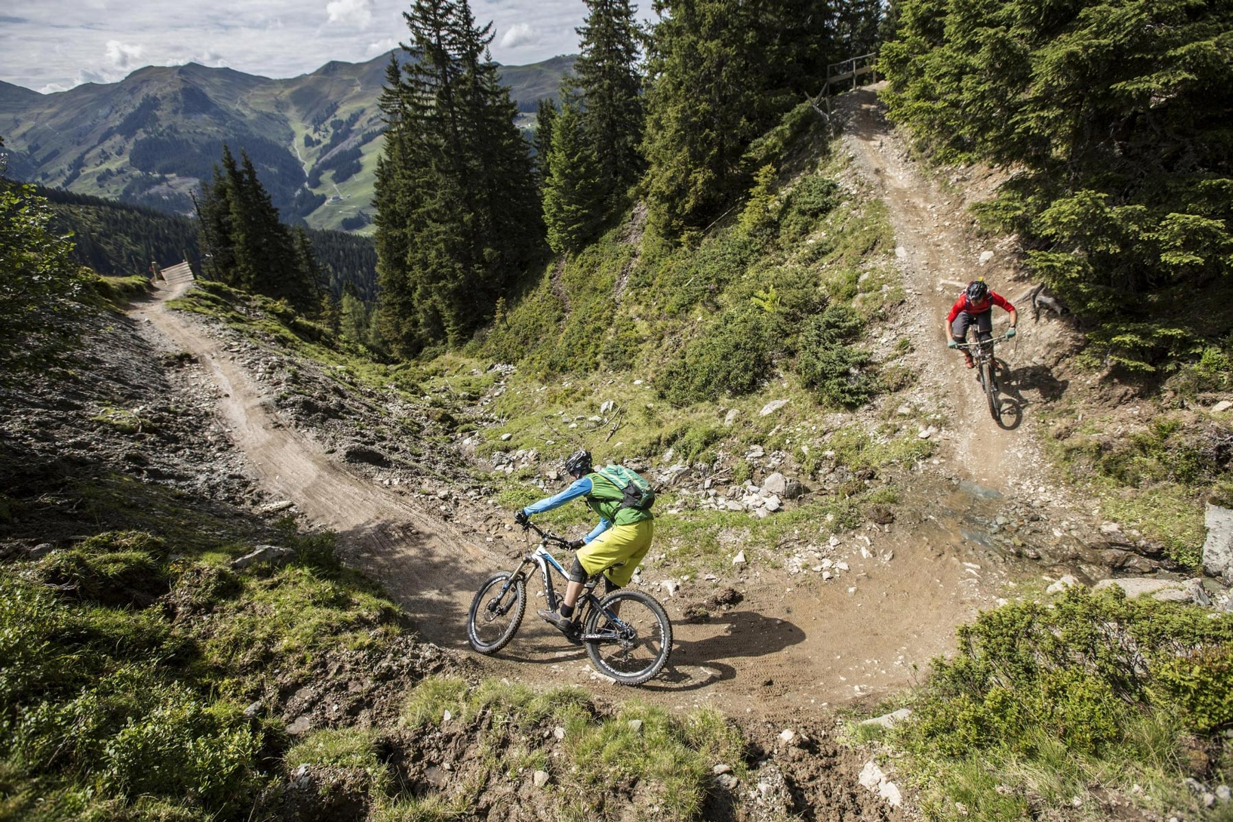 2 Mountainbiker fahren über Buckettrail