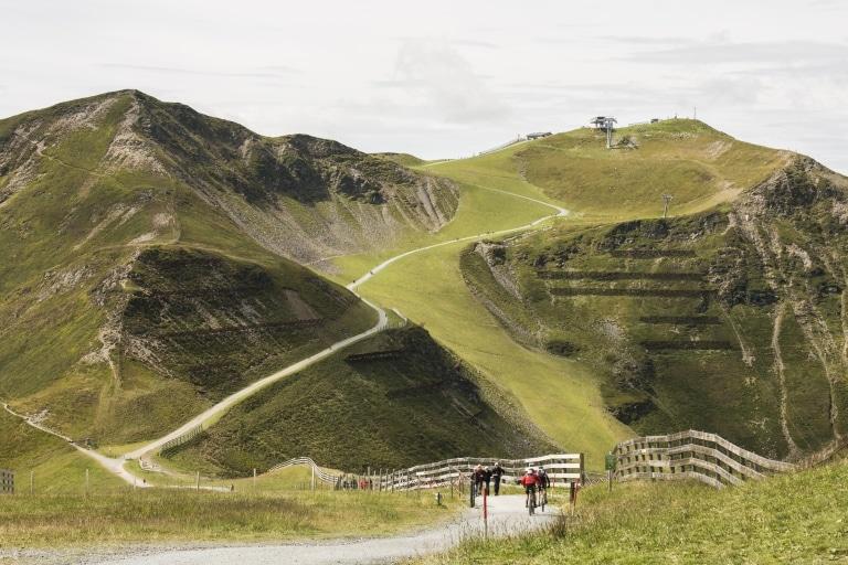 Radfahrer fahren Buckettrail entlang