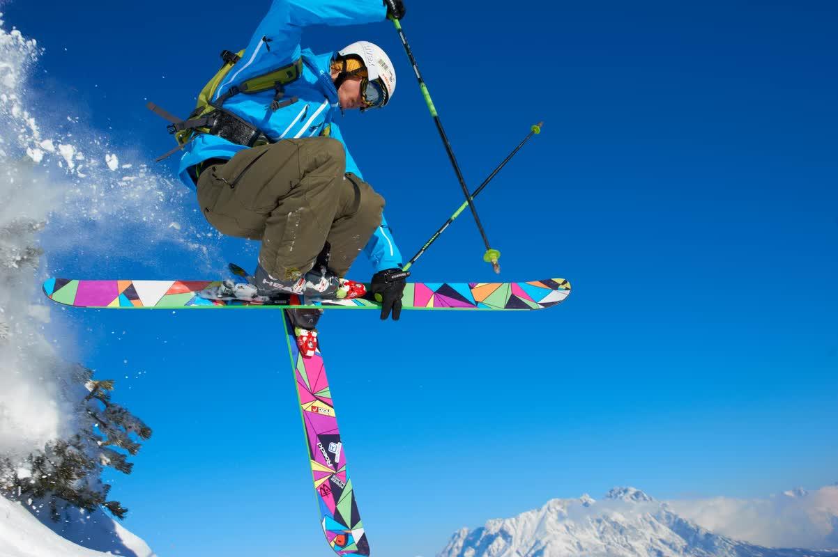 Skifahrer springt in die Luft