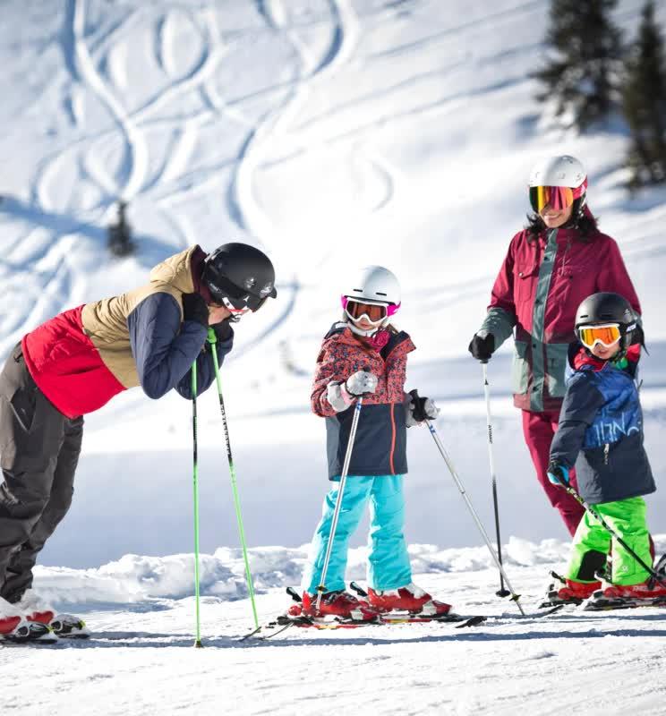 Familie beim Skiausflug