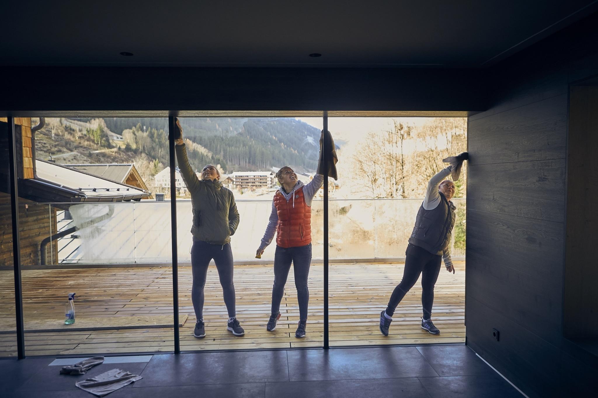 3 Frauen reinigen Fensterfront