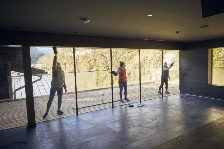 Frauen beim Putzen einer Fensterfront