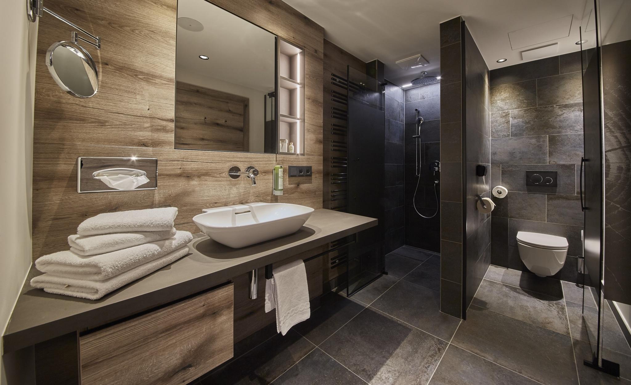 Bad im Studio Hochtor mit Wachbecken, Dusche und WC