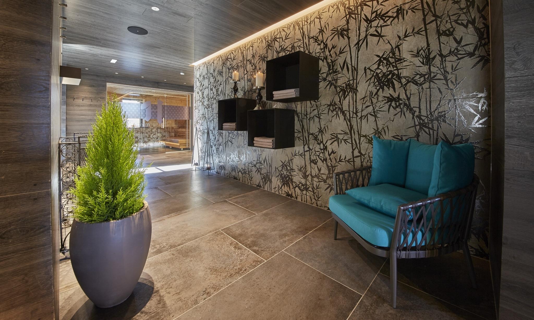 Ein Stuhl und eine Pflanze in der Rooftop Relax Area