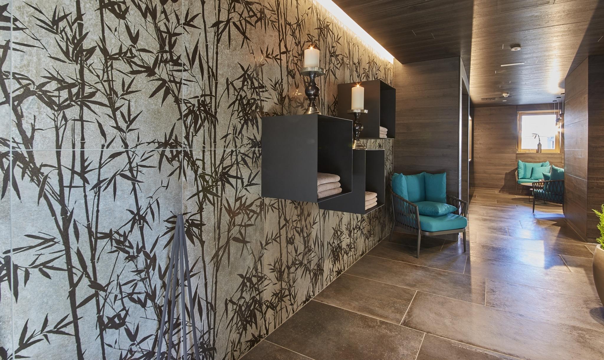 Wartebereich mit Stühlen und Dekoration an den Wänden im SPA-Bereich