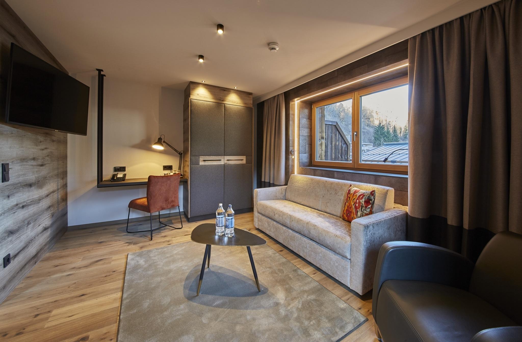 Studio Reiterkogel Wohnzimmer mit Sofa und Schreibtisch