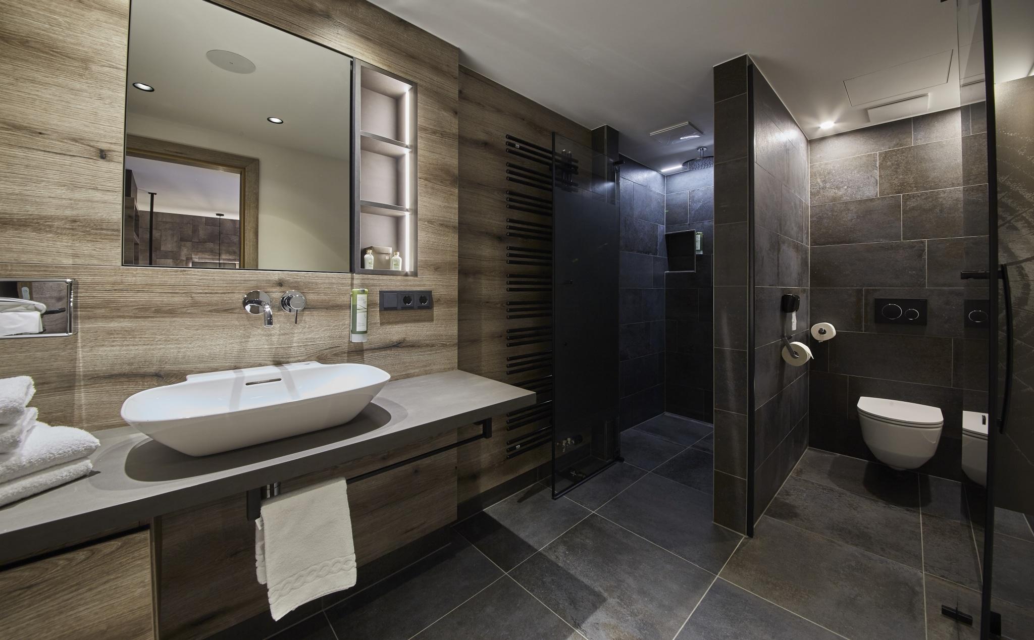 Bad mit Waschbecken, Dusche und WC im Doppelzimmer Hochalm