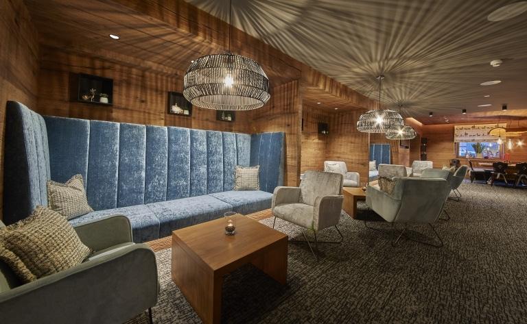 Die modern ausgestattete Lounge mit Eckbänken, Stühlen und Tische
