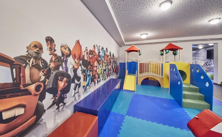 Ein kleiner Spieleturm in der Familien-Spielewelt