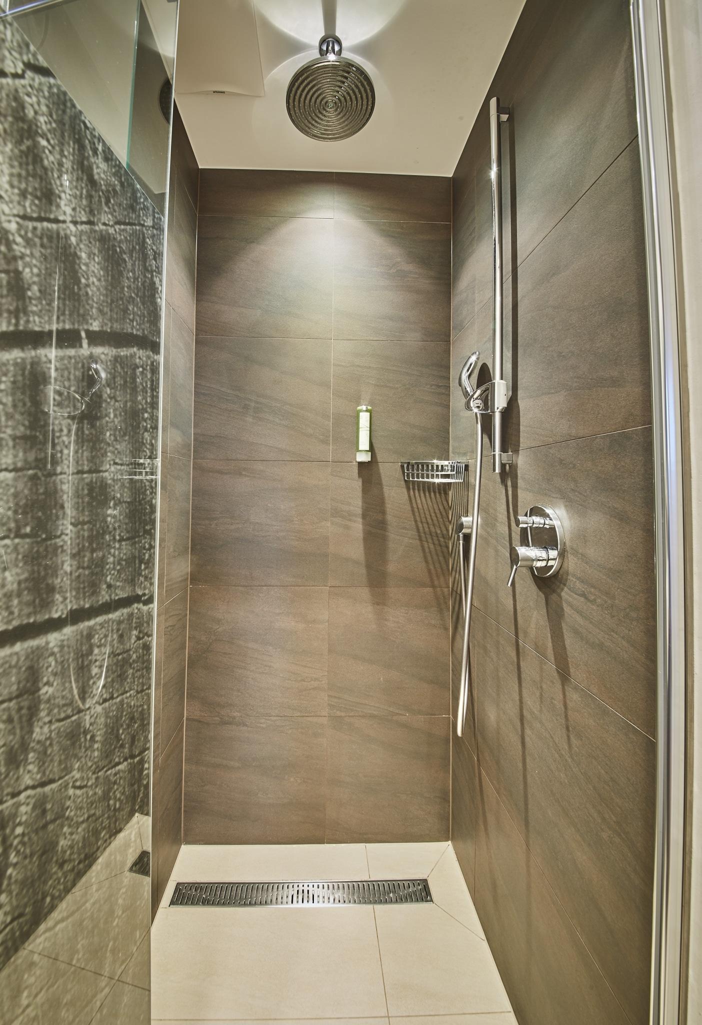 Eine Dusche mit Regenwaldduschkopf