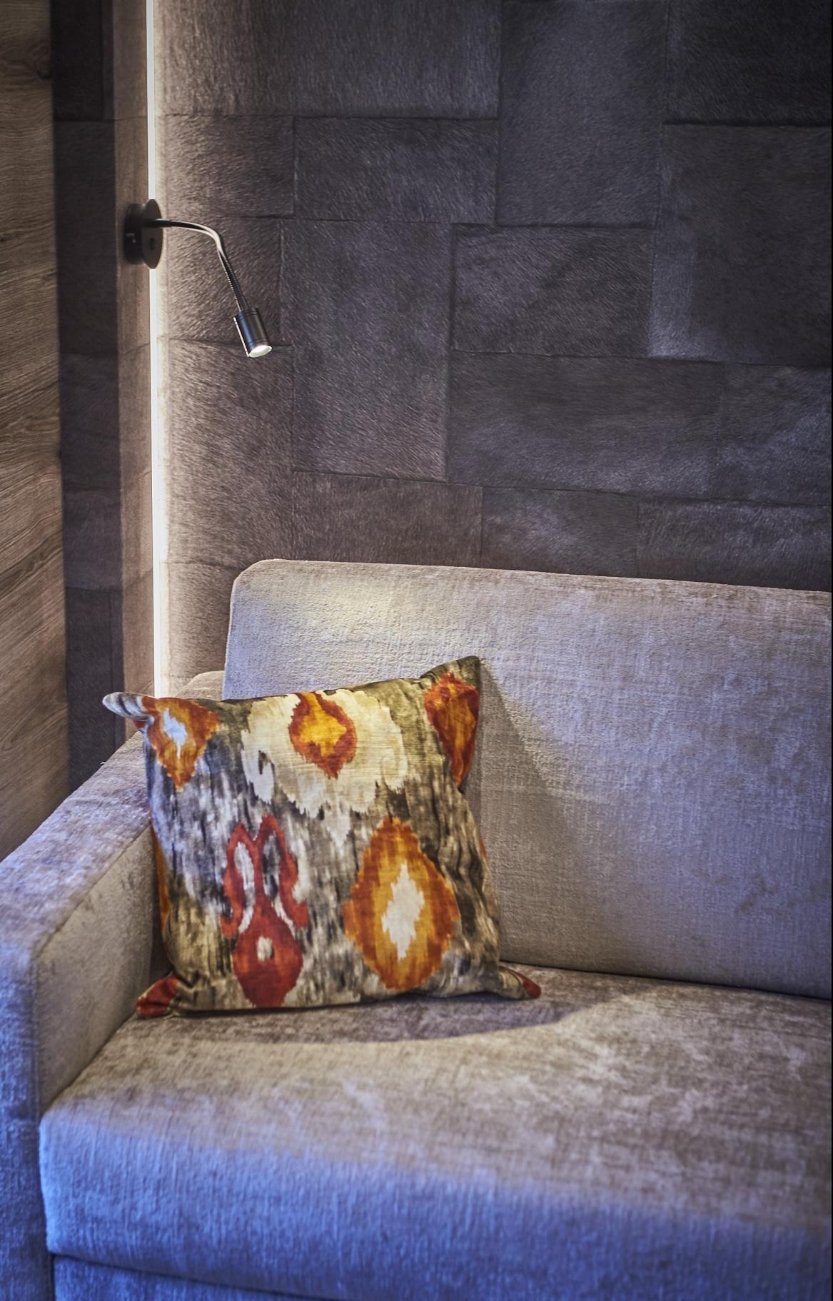 Detailaufnahme eines Polsters auf einer grauen COuch