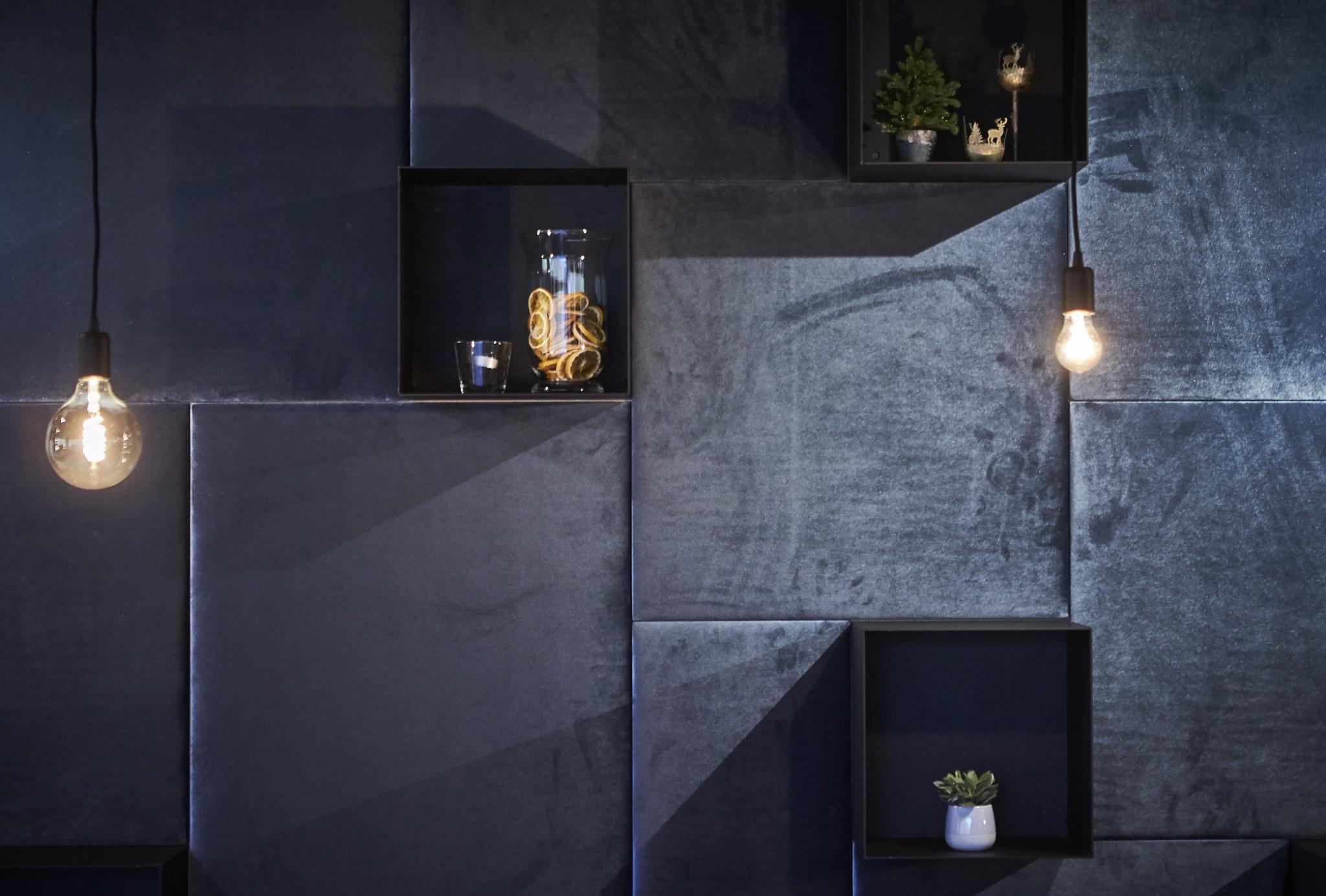 Dekorationselemente in der Rooftop-Relax-Area mit Hängelampen und Wandelementen