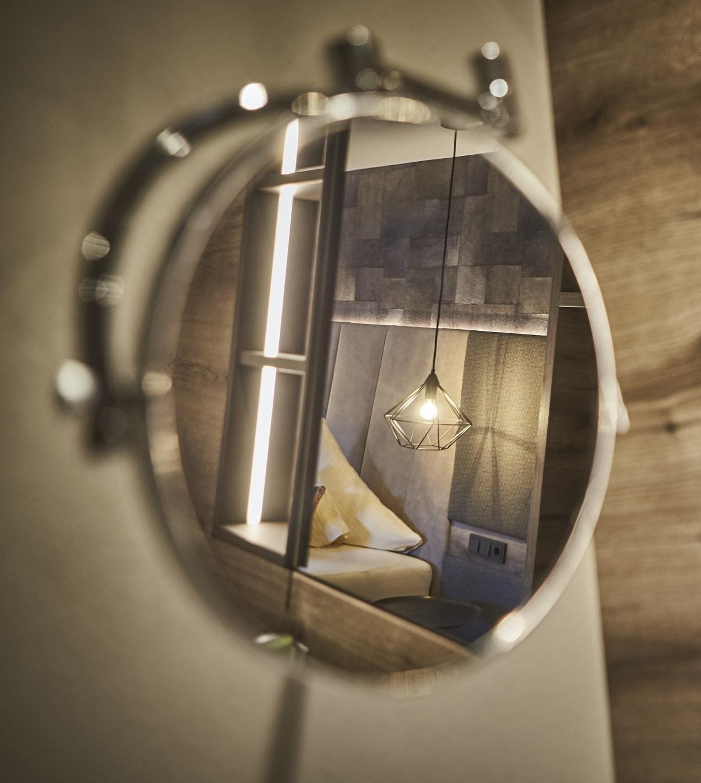Studio Reiterkogel Detailaufnahme von Lampe im Spiegel fotografiert