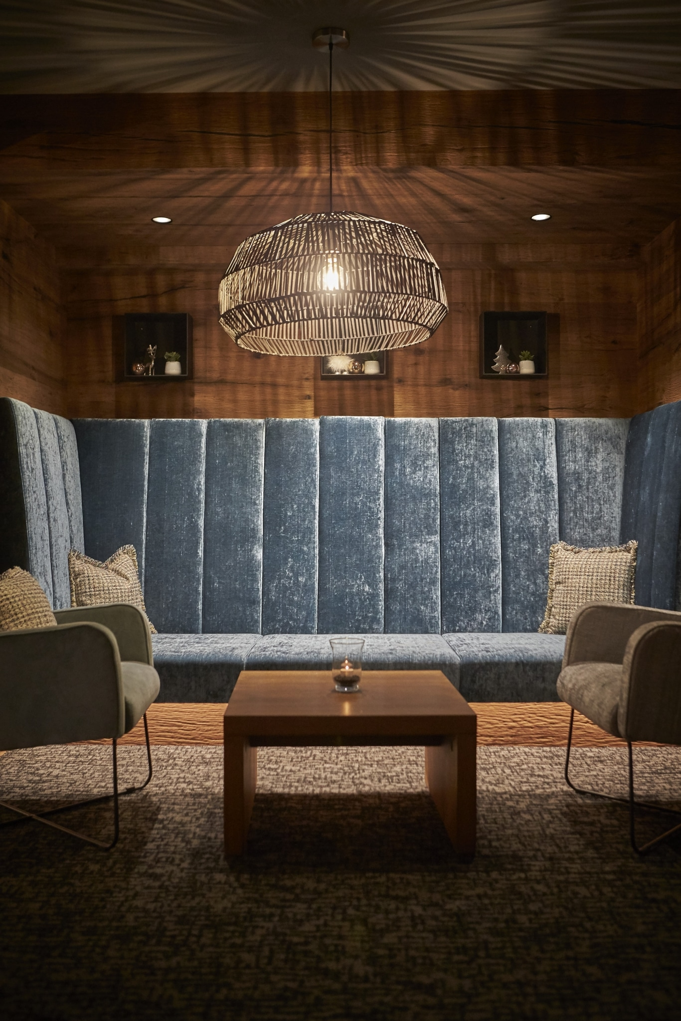 Die gemütliche Eckbank in der Lounge mit blauem Stoff bezogen