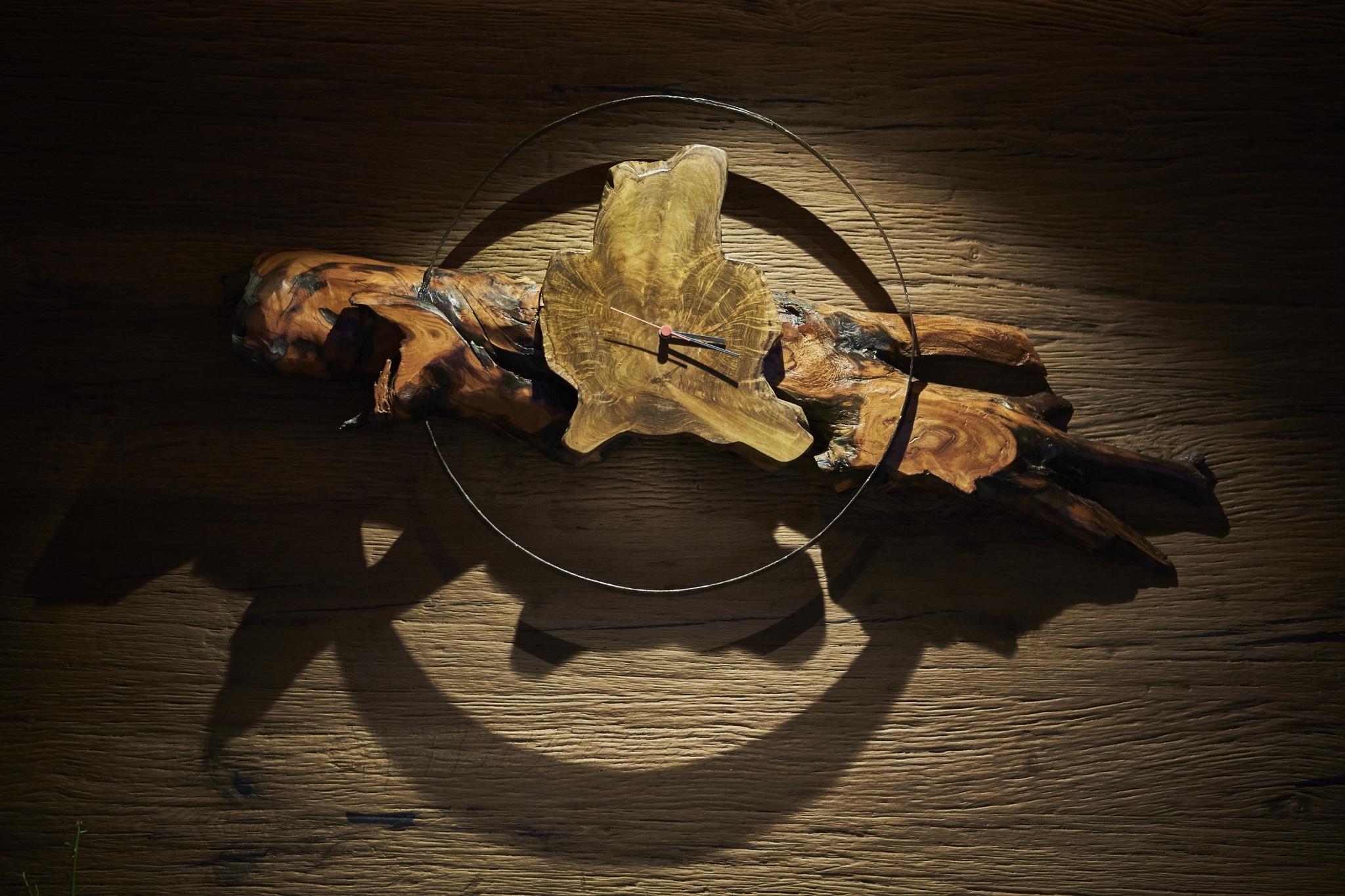 Eine Uhr welche aus Holz besteht