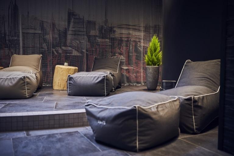 Sitzsäcke in schwarz liegen am Boden in der Familien-Chillout-Area