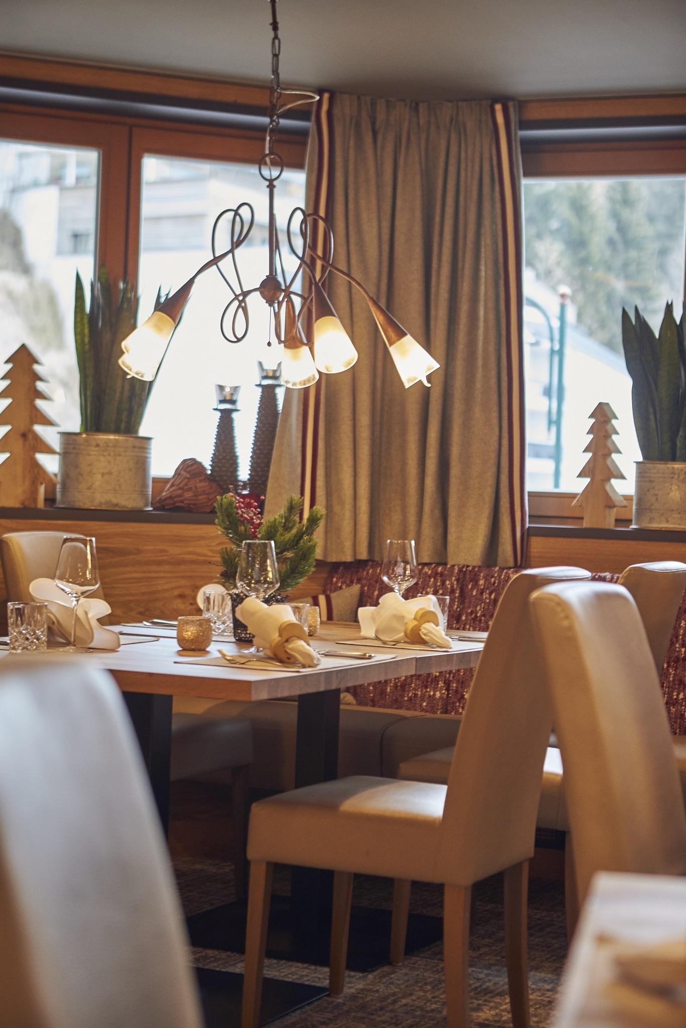 Tisch im Speisesaal mit einer Deckenlampe