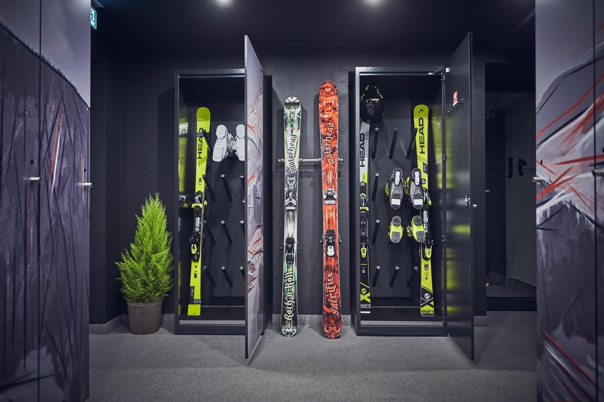 Die Skiboxen in unserem Skidepot